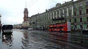 La visión inundó después de las fuertes lluvias Nevsky Prospekt en St Petersburg Rusia almacen de video