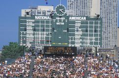 La visión a largo plazo del marcador y de blanqueadores llenos durante un juego de béisbol profesional, Wrigley coloca, Illinois Imagen de archivo