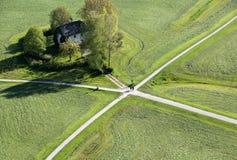La visión panorámica aérea desde arriba del castillo de la fortaleza de Hohensalzburg en tierra cultivada dividió por los caminos Imágenes de archivo libres de regalías