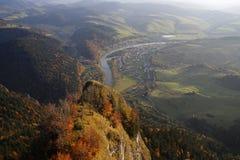 La visión panorámica desde tres coronas enarbola en las montañas de Pieniny, Polonia Foto de archivo libre de regalías