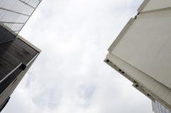 La visión que mira para arriba entre de edificios Fotos de archivo libres de regalías