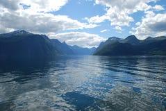 La visión sobre el fiordo sunnylvsfjorden en Noruega Imagenes de archivo
