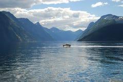 La visión sobre el fiordo sunnylvsfjorden en Noruega Fotos de archivo
