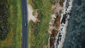 La visión superior, abejón enfoca en la conducción de automóviles negra de seguimiento de SUV en viaje por carretera del otoño ce metrajes