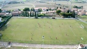 La visión superior desde el abejón del fútbol del fútbol coloca a dos equipos que juegan un partido y que tienen una competencia
