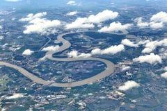 La visión superior desde el aeroplano de la ventana, cosechas coloca, camino, calle, río Foto de archivo libre de regalías