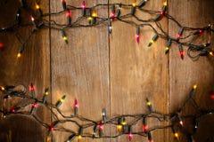 La visión superior, la Navidad y el Año Nuevo se enciende en viejo fondo de madera Imagen de archivo libre de regalías