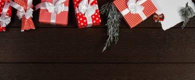 La visión superior paronamic celebra la caja de regalo de cumpleaños con la cinta blanca Imagen de archivo libre de regalías