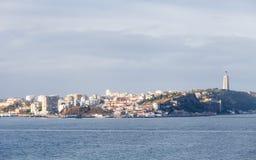 La visión a través del río Tagus hacia Almada, Portugal fotografía de archivo