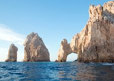 La visibilité directe Arcos/voûte aux terres finissent comme vu de la mer de Cortes chez Cabo San Lucas dans Basse-Californie Mex Photo libre de droits