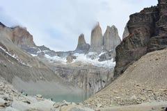 La visibilité directe Cuernos fait une pointe en parc national de Torres del Paine, Chili Photographie stock libre de droits