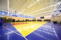 La visión desde el interior de la esquina encendió el pasillo de la gimnasia de la escuela Imagen de archivo libre de regalías