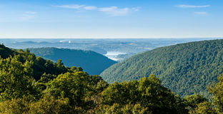 La visión desde pasa por alto en la colina WMA de la serpiente en WV Foto de archivo
