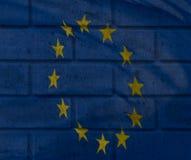 La visione artistica della bandiera di Unione Europea si è mescolata con il textur del mattone Fotografia Stock