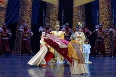 La visite du ` s de princesse au rideau en famille-queue : ` De route en soie de ` - ` en soie de princesse de danse de ` épique  Image libre de droits