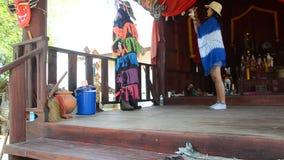La visite thaïlandaise de femme et prennent les masques et le costume Phi Kon Nam de photo banque de vidéos