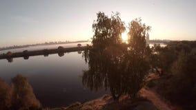 La vista aérea épica del río, campo de la niebla, sol de la puesta del sol irradia salida del sol y la ciudad de Moscú metrajes