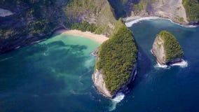 La vista aérea asombrosa desde arriba de la costa costa asiática de la isla con la agua de mar del color de la turquesa agita y e fotografía de archivo