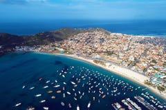 La vista aérea de Arraial hace la playa de Cabo, Rio de Janeiro, el Brasil foto de archivo libre de regalías