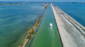 La vista aérea de barcos en canal en la laguna del agua de Etang de Thau del mar Mediterráneo desde arriba, viaje cerca barge ade foto de archivo libre de regalías