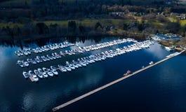 La vista aérea de barcos parqueó en el muelle en Lomond Fotografía de archivo libre de regalías