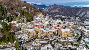 La vista aérea de Cadegliano Viconago en invierno, es un pequeño pueblo situado sobre Ponte Tresa en la provincia de Varese imagen de archivo