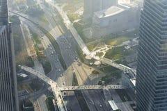 La vista aérea de la carretera y los intercambios de la ciudad de Shangai ven el franco fotos de archivo