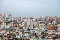 La vista aérea de Caxias hace la ciudad de Sul - Caxias hace Sul, Río Grande del Sur, el Brasil Imagen de archivo
