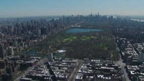 La vista aérea de Central Park se acurrucó en New York City almacen de metraje de vídeo