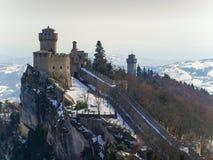 La vista aérea de Cesta y el Montale en el acantilado afilan en el soporte Titano, San Mari Fotografía de archivo libre de regalías