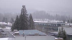 La vista aérea de la circulación y el skytrain en ventisca fría nievan almacen de video