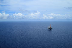 La vista aérea de costero levanta la plataforma de perforación para arriba Imagen de archivo