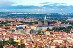 La vista aérea de la ciudad de Praga de la colina de Petrin Fotos de archivo libres de regalías
