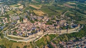 La vista aérea de la ciudad medieval de Carcasona y la fortaleza se escudan desde arriba, Francia meridional Imagen de archivo libre de regalías