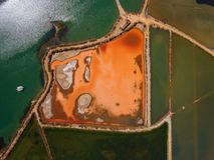 La vista aérea de la sal acumula el lago fotos de archivo libres de regalías