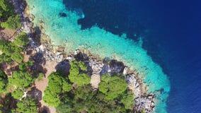 La vista aérea de los bajos de la turquesa puso en contraste con el mar profundo metrajes