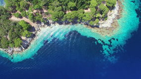 La vista aérea de los bajos de la turquesa puso en contraste con el mar profundo almacen de metraje de vídeo