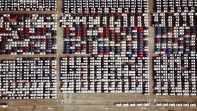 La vista aérea de los nuevos coches de un estacionamiento se alineó en el puerto para i Imagen de archivo