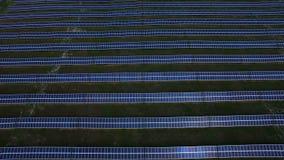 La vista aérea de los paneles solares cultiva en las montañas almacen de metraje de vídeo