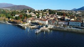 La vista aérea de Luino, es una pequeña ciudad en la orilla del lago Maggiore en la provincia de Varese metrajes