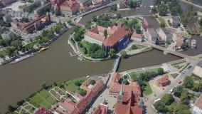 La vista aérea de la más vieja, histórica parte de Wroclaw llamó Ostrow Tumski, Polonia metrajes