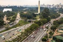 La vista aérea a 23 de Maio Avenue e Ibirapuera parquea Fotografía de archivo libre de regalías