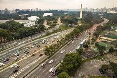 La vista aérea a 23 de Maio Avenue e Ibirapuera parquea Foto de archivo