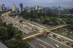 La vista aérea a 23 de Maio Avenue e Ibirapuera parquea Imagenes de archivo