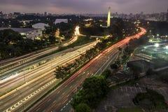 La vista aérea a 23 de Maio Avenue e Ibirapuera parquea en la noche Foto de archivo libre de regalías