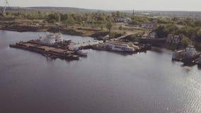 La vista aérea de naves acerca a la litera en puerto del cargo almacen de video