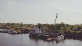 La vista aérea de naves acerca a la litera en puerto del cargo almacen de metraje de vídeo