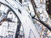 La vista aérea de la nieve comprometió las redes de carreteras del carril y  Fotos de archivo