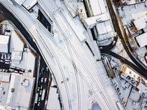 La vista aérea de la nieve comprometió las redes de carreteras del carril y  Imagen de archivo
