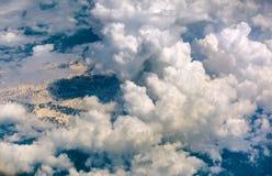 La vista aérea de nubes hermosas y la tierra ajardinan con las montañas Imagenes de archivo